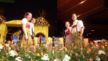 Ganz vorne auf der Bühne standen Romana (Hollenstein), Thomas, Monika und Bernhard (Hollenstein) die die Mitternachtseinlage vortanzten